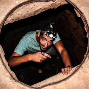 David rescatando ranitas meridionales en un pozo de Sidi Ifni, Marruecos.